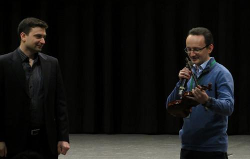 Гурьев вручает скрипку Садовскому на конференции Неделя Байнета